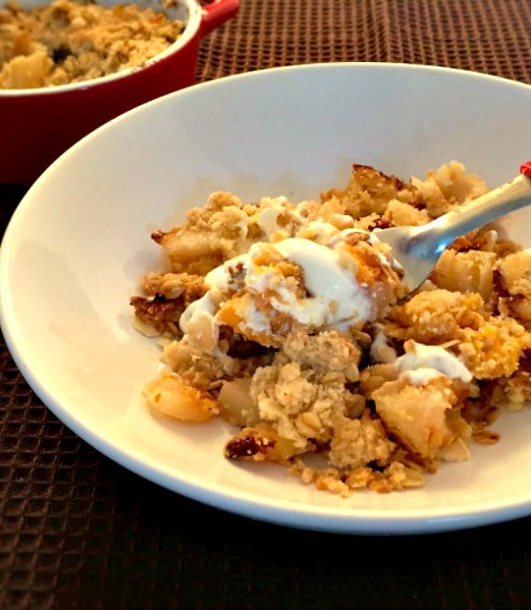 Peach pear crumble with almond flakes